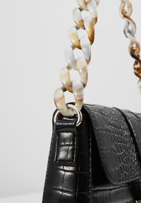 Missguided - HANDLE CROC DETAIL HANDBAG - Sac à main - black - 6
