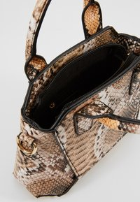 Missguided - MINI SNAKE HANDBAG - Handtasche - brown - 4