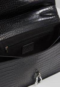 Missguided - KARABINER DETAIL SHOULDER BAG - Handtas - black - 4