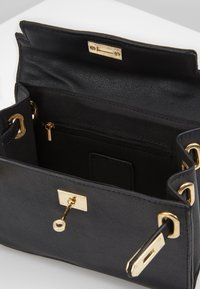 Missguided - CLASP DETAIL CROSS BODY HANDBAG MINI HANDBAG - Handtas - black - 4
