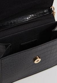 Missguided - BAR DETAIL SNAKE CHAIN BOXY HANDBAG - Handtasche - black - 4