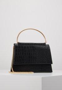 Missguided - BAR DETAIL SNAKE CHAIN BOXY HANDBAG - Handtasche - black - 0
