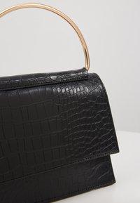 Missguided - BAR DETAIL SNAKE CHAIN BOXY HANDBAG - Handtasche - black - 6