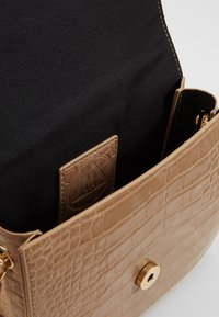 Missguided - PADLOCK DETAIL CROC CROSS BODY BAG - Schoudertas - nude - 4