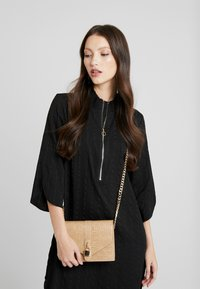 Missguided - PADLOCK DETAIL CROC CROSS BODY BAG - Schoudertas - nude - 1