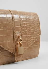 Missguided - PADLOCK DETAIL CROC CROSS BODY BAG - Schoudertas - nude - 6