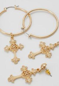 Missguided - ORNATE CROSS DROP HOOPS 2 PACK - Earrings - gold-coloured - 2