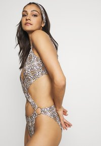Missguided - EXTREME CUT OUT LEOPARD PRINT SWIMSUIT WITH HEADBAND - Swimsuit - brown - 3