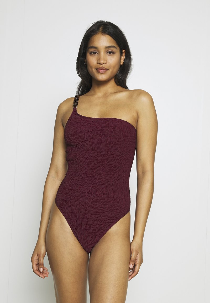 Missguided - PREMIUM CRINKLE ONE SHOULDER TORTOISE SHELL CHAIN SWIMSUIT - Badpak - burgundy