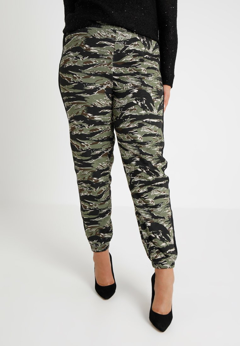 Missguided Plus - EXCLUSIVE CURVE CONTRAST STRIPE CAMO TROUSERS - Trousers - green