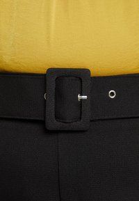 Missguided Plus - SELF BELT TROUSERS - Pantalones - black - 4