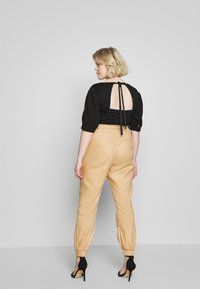 Missguided Plus - CLEAN TWILL OVERSIZED POCKET DETAIL TROUSER - Kalhoty - camel - 2