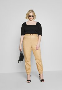 Missguided Plus - CLEAN TWILL OVERSIZED POCKET DETAIL TROUSER - Kalhoty - camel - 1