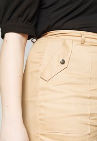 Missguided Plus - CLEAN TWILL OVERSIZED POCKET DETAIL TROUSER - Kalhoty - camel - 4