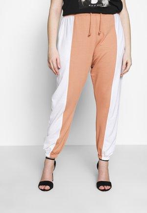CONTRAST LEG LOOPBACK - Pantaloni sportivi - white/camel