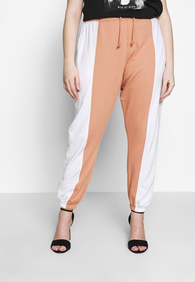 CONTRAST LEG LOOPBACK - Pantalon de survêtement - white/camel
