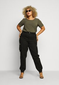 Missguided Plus - PLUS SIZE ZIP POCKET CARGO TROUSER - Cargo trousers - black - 1