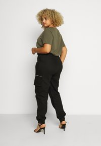 Missguided Plus - PLUS SIZE ZIP POCKET CARGO TROUSER - Cargo trousers - black - 2