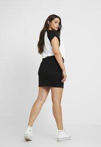 Missguided Plus - ZIP POCKET MINI SKIRT - Pouzdrová sukně - black - 2