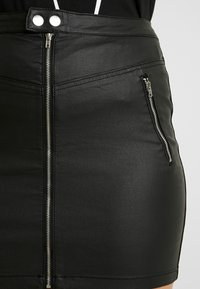 Missguided Plus - COATED DOUBLE POPPER DETAIL SKIRT - Falda de tubo - black - 4