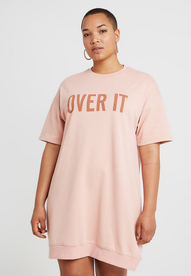 Missguided Plus - CURVE OVER IT SLOGAN DRESS - Freizeitkleid - pink