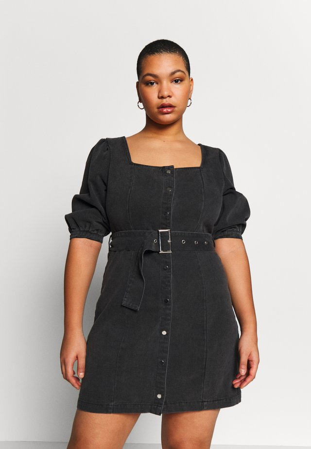 SQUARE NECK BELTED DRESS - Vestido vaquero - washed black