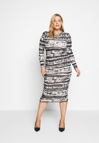 Missguided Plus - TIE DYE RUCHED SIDES DRESS - Pouzdrové šaty - black - 1