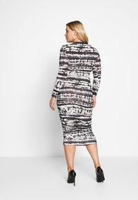 Missguided Plus - TIE DYE RUCHED SIDES DRESS - Pouzdrové šaty - black - 2