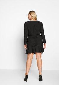 Missguided Plus - FLORAL PLUNGE WRAP RUCHED MINI DRESS - Denní šaty - black - 2