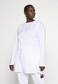 Missguided Plus - FADED PRINT LONG SLEEVE DRESS - Žerzejové šaty - white - 1