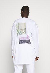 Missguided Plus - FADED PRINT LONG SLEEVE DRESS - Žerzejové šaty - white - 0