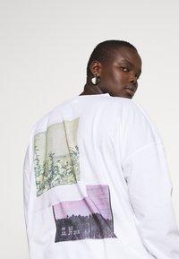 Missguided Plus - FADED PRINT LONG SLEEVE DRESS - Žerzejové šaty - white - 4