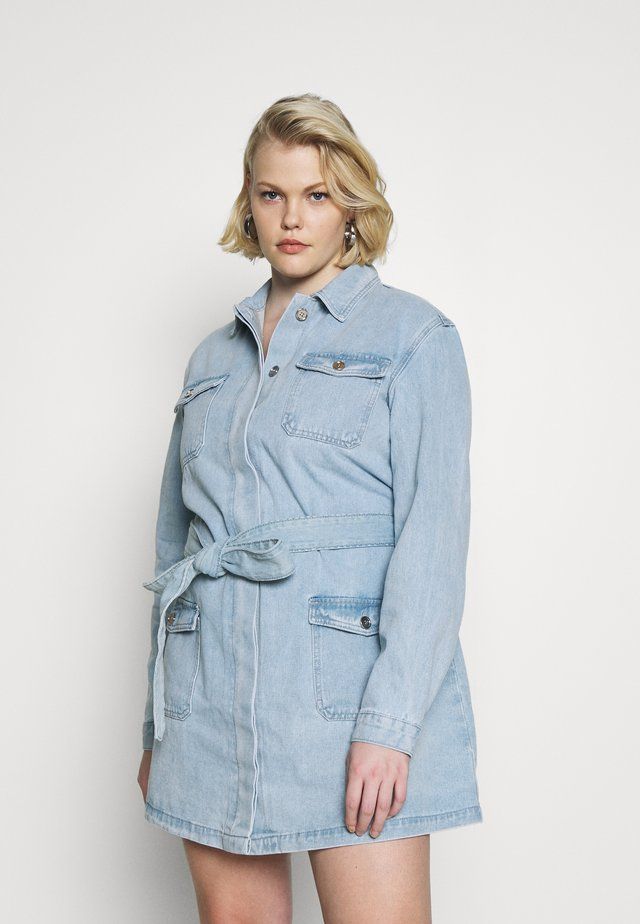 PLUS SIZE BELTED DENIM DRESS - Denim dress - blue