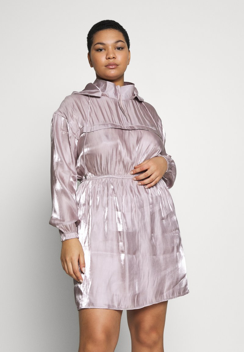 Missguided Plus - IRIDESCENT HOODED DRESS - Denní šaty - pink