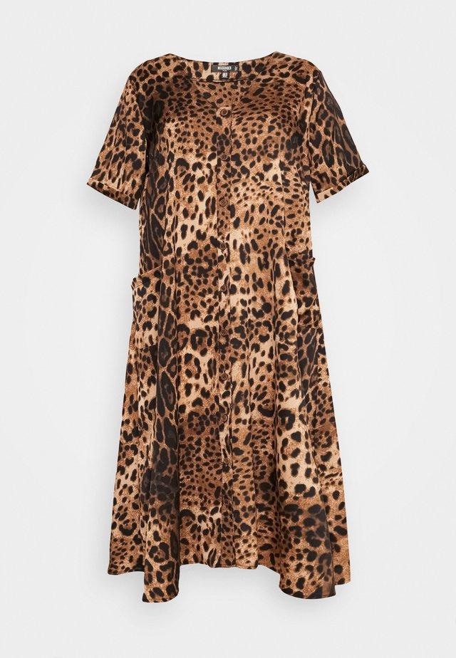 PLUS SIZE BUTTON THROUGH SMOCK MIDI DRESS LEOPARD - Korte jurk - stone