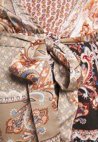 Missguided Plus - PRINTED TIE BELT DRESS - Maxi šaty - rust - 5
