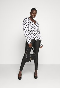 Missguided Plus - PLUS TWIST FRONT POLKA DOT  - Blouse - white - 1
