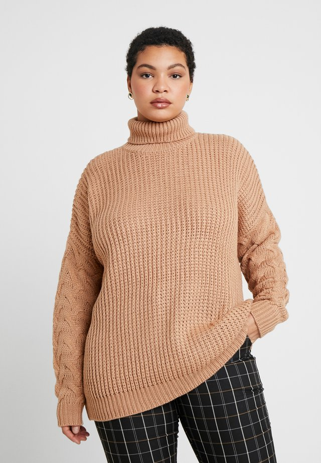 ROLL NECK CABLE SLEEVE - Neule - camel