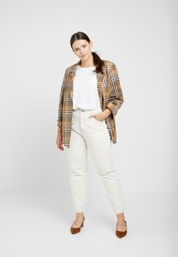 Missguided Plus - RIOT HIGH RISE - Relaxed fit jeans - cream - 1