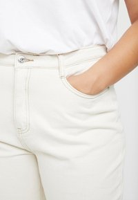 Missguided Plus - RIOT HIGH RISE - Relaxed fit jeans - cream - 5