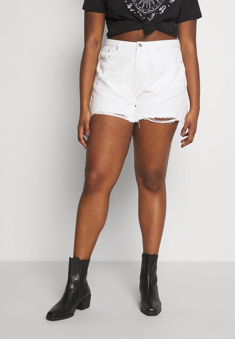 Missguided Plus - EXTREME FRAY HEM RIOT - Denim shorts - white