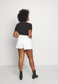 Missguided Plus - EXTREME FRAY HEM RIOT - Denim shorts - white - 2