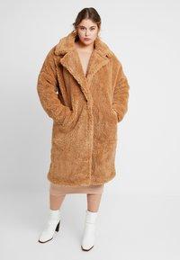 Missguided Plus - BORG - Zimní kabát - tan - 0