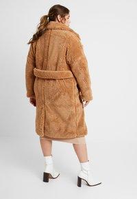Missguided Plus - BORG - Zimní kabát - tan - 2