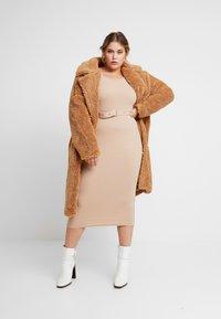 Missguided Plus - BORG - Zimní kabát - tan - 1