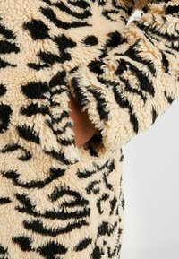 Missguided Plus - OVERSIZED LEOPARD BORG - Mantel - brown - 6