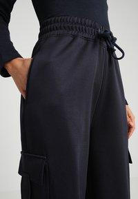 Missguided Petite - WIDE LEG JUNGLE - Teplákové kalhoty - navy - 4