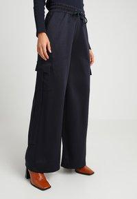 Missguided Petite - WIDE LEG JUNGLE - Teplákové kalhoty - navy - 0