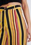 Missguided Petite - STRIPED TROUSERS - Pantalon classique - yellow