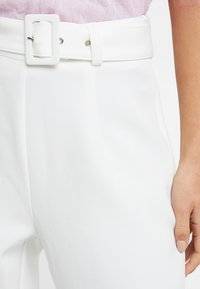 Missguided Petite - SELF BELT CIGARETTE TROUSER - Kalhoty - white - 4